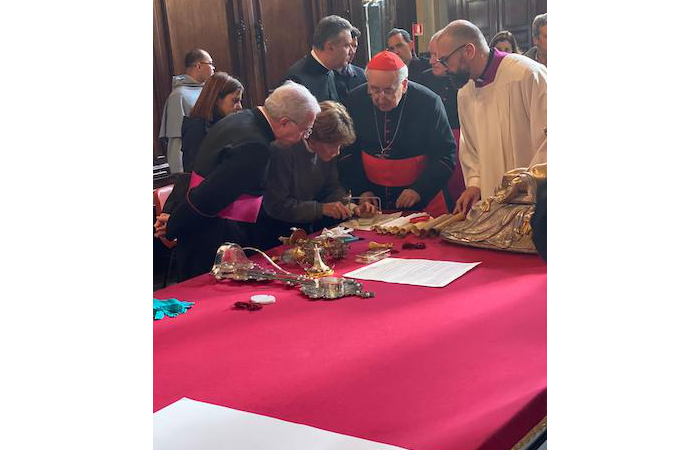 Il cardinale Stanisław Ryłko (al centro) assiste all'operazione.