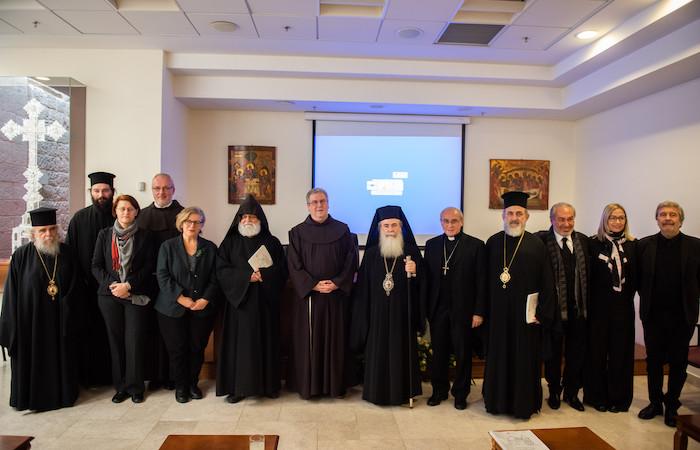 Foto di gruppo con i responsabili dei restauri e le autorità ecclesiastiche custodi del Santo Sepolcro.