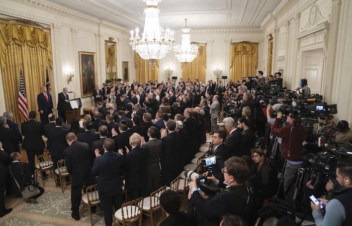 La East Room della Casa Bianca colma di dignitari e invitati il 28 gennaio 2020. (foto Shealah Craighead/White House)