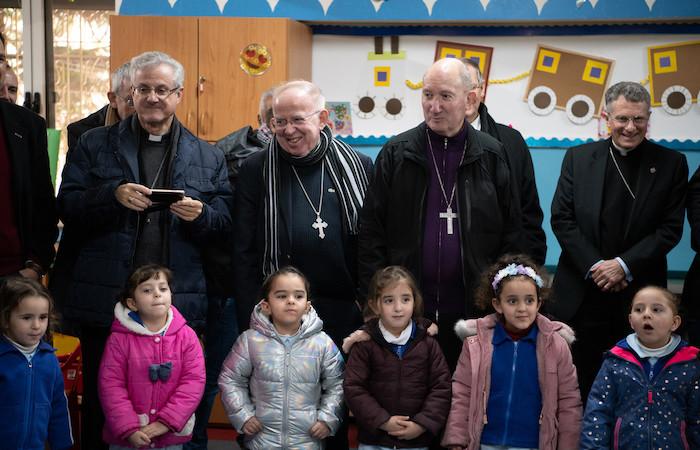 I vescovi con i piccoli allievi. (foto N. Asfour)