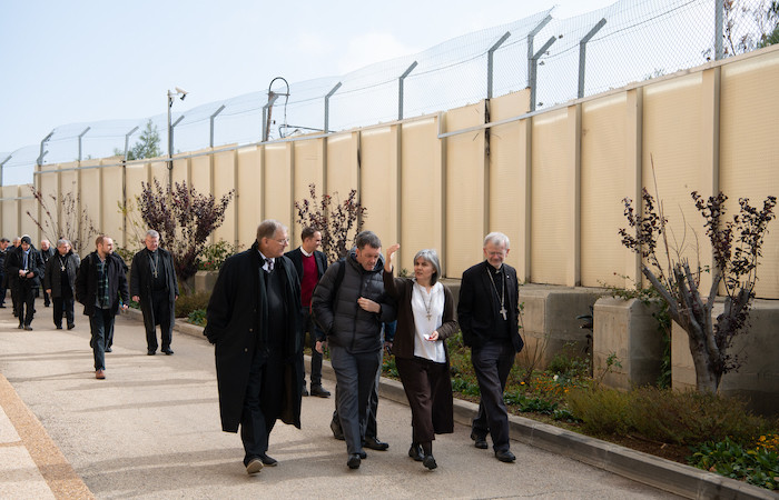 La delegazione costeggia il muro con suor Alicia Vacas Moro. (foto N. Asfour)