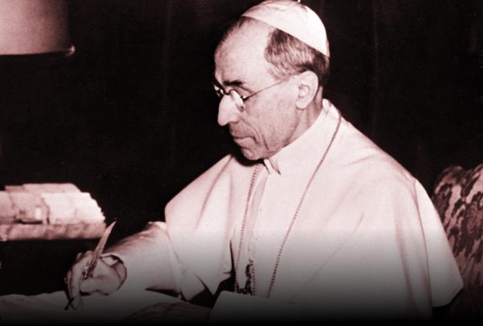 Pio XII, che fu papa tra il 1939 e il 1958, al suo tavolo di lavoro in Vaticano.