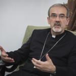 L'arcivescovo Pierbattista Pizzaballa conversa