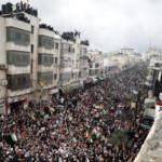 Manifestanti palestinesi per le vie di Ramallah l'11 febbraio 2020 contro il piano Trump e a sostegno del presidente Mahmoud Abbas.