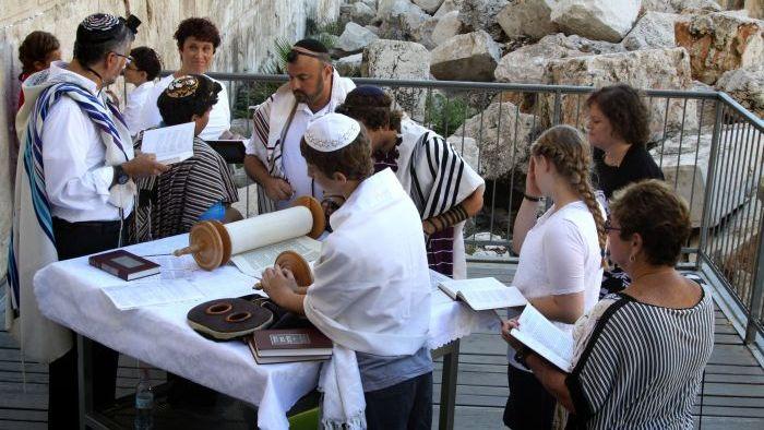 Uno scatto d'archivio: Sulla piattaforma allestita presso l'Arco di Robinson ebrei di entrambi i sessi pregano insieme. (foto Gershon Elinson/Flash90)