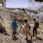 Yemen ragazzi macerie