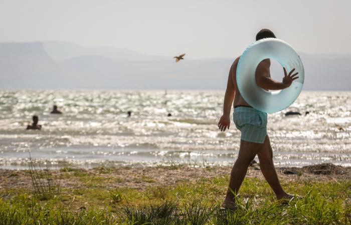 Luglio 2019, un bagnante sulle rive del lago di Tiberiade. (foto David Cohen/Flash90)