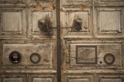 Perché il Santo Sepolcro resta sbarrato?