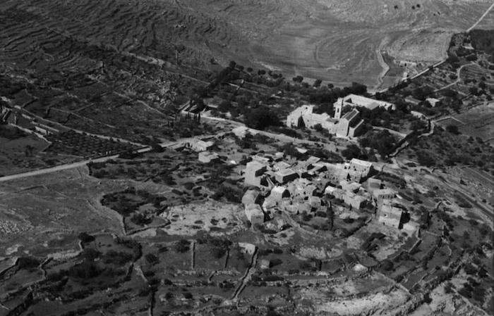Il villaggio di 'Amouas e l'abbazia di Latrun in uno scatto del 1931. (foto American Colony)