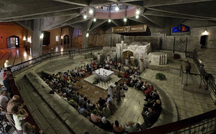 Basilica inferiore: fedeli in preghiera davanti alla grotta dell'Annunciazione. (foto Mab/CTS)
