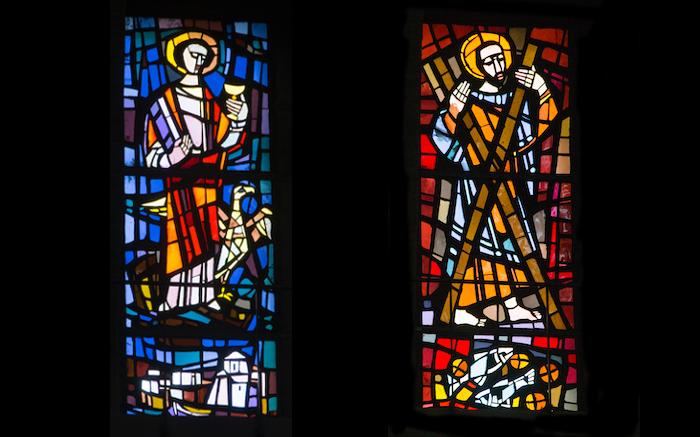 Figure di apostoli. Due delle 16 vetrate di Yoki Aebischer. (foto Mab/CTS)