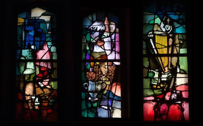 Elementi simbolici nelle vetrate di Ingrand sulle litanie della Vergine Maria. (foto Mab/CTS)