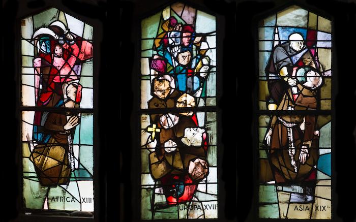 Vetrate di Max Ingrand dedicate ai martiri francescani. (foto Mab/CTS)
