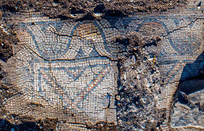 Un dettaglio dei mosaici che adornavano la chiesa bizantina riportata alla luce alla periferia di Kfar Kama. (foto Alex Wiegmann/Aia)