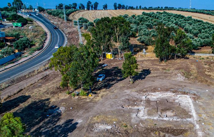 Ancora uno scorcio aereo dei resti del complesso bizantino appena riportato alla luce in Galilea. In evidenza le tre absidi della chiesa. (foto Alex Wiegmann/Aia)