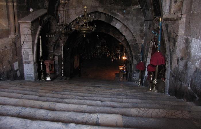 Una gradinata di 47 scalini scende alla cripta. (foto Jerzy Kraj)