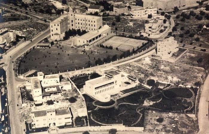 In questo scatto del 1938 è visibile in alto il Terra Sancta College con il suo campo sportivo. Adiacente (al centro) l'edificio che più avanti diventerà, fino ai giorni nostri, la residenza ufficiale dei primi ministri di Israele.