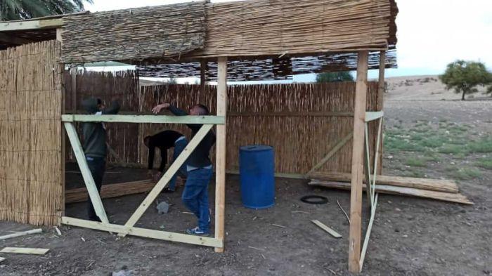 Si realizza un'agile struttura di legno e canne per l'accoglienza dei visitatori. (foto Jvs)