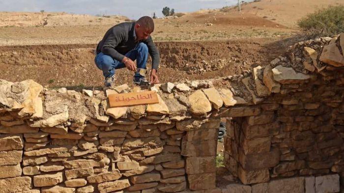 Rashid Khudiri,  di <i>Jordan Valley Solidarity</i>, al lavoro su un muretto. (foto Jvs)