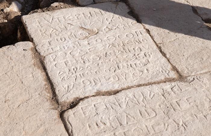 Iscrizione in greco rinvenuta sul pavimento di una chiesa bizantina al Getsemani. (foto Nadim Asfour/CTS)