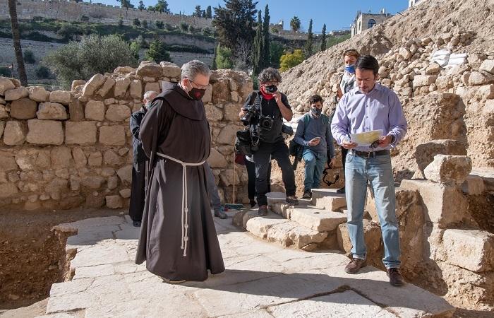 Amit Re'em, dell'Autorità israeliana per le antichità, mostra al Custode di Terra Santa l'iscrizione sul pavimento della chiesa bizantina recentemente scoperta al Getsemani. (foto Nadim Asfour/CTS)