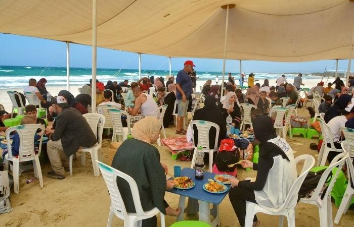 Uno dei momenti di convivialità in spiaggia organizzati dai volontari.