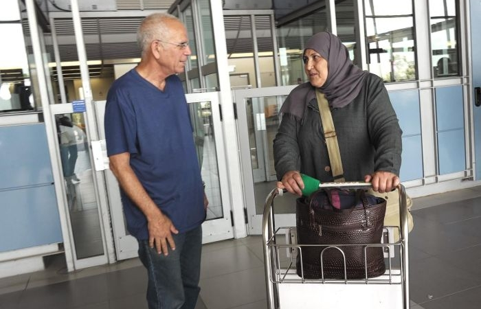 Yuval con una signora palestinese a un <i>check-point</i> israeliano.