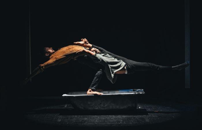 Figura acrobatica di due artisti della Scuola.  (galleria fotografica: Palestinian Circus School).