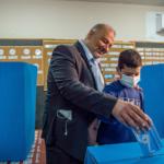 Mansour Abbas depone il voto nell'urna. Elezioni del 23 marzo 2021.