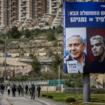 Manifesto elettorale con i volti di Benjamin Netanyahu e Yair Lapid
