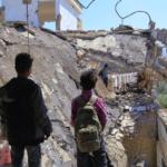 Due bimbi dello Yemen davanti alle maceria della scuola distrutta dalla guerra