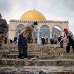 Donne musulmane lavano i gradini d'accesso alla cupola della Roccia a Gerusalemme per il Ramadan 2021.