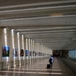 Passeggero solitario percorre nell'area arrivi dell'aeroporto Ben Gurion di Tel Aviv.