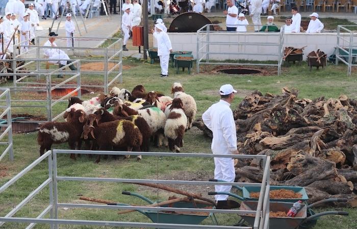 ... che prevede il sacrificio di agnelli e apposite fornaci per la cottura delle carni.