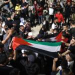 giovani palestinesi manifestano a gerusalemme nell'aprile 2021