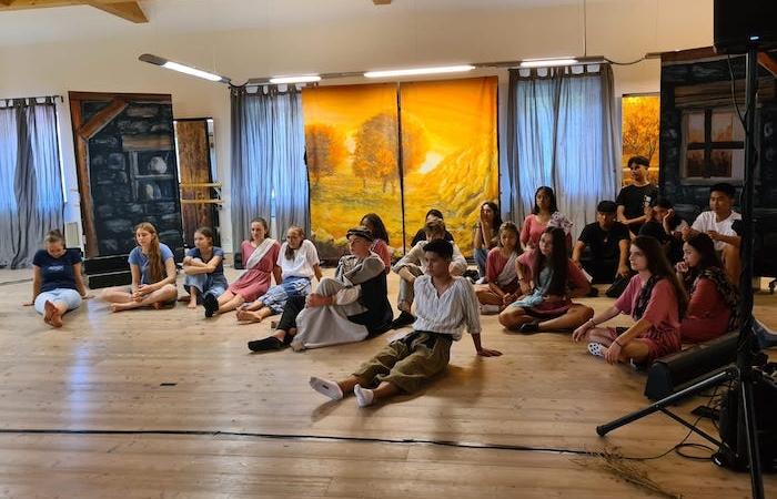 I giovani del vicariato per i cattolici di lingua ebraica durante le prove del musical su Ruth in Austria. (foto Desert Flower)